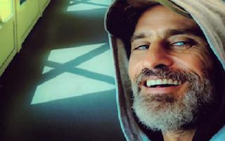 Raz Degan sorriso e barba bianca
