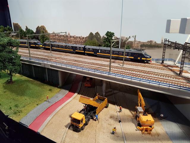 Een gekoppelde Benelux-treinstel rijdt over de modelbaan.