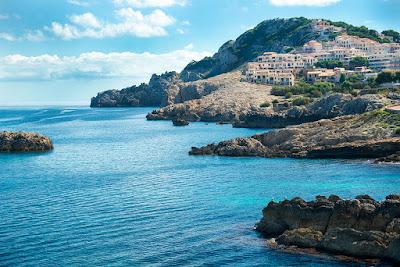 Cala Radjada Mallorca Stadt von Fotograf Michael Schalansky