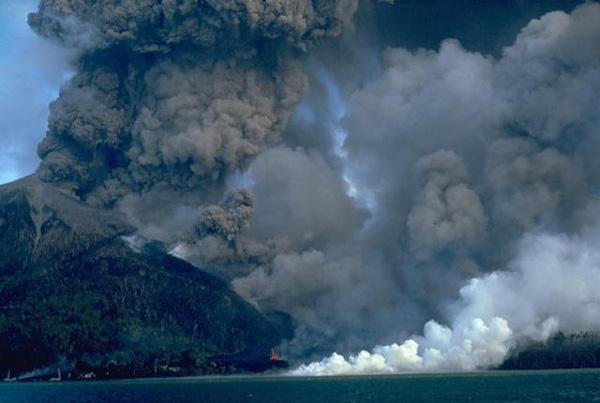 Indonesian authorities are preparing to evacuate nearly 1,000 people after Banda Api volcano awakes  Banda_api_2_volcano_indonesia_photo_willem_rohi_1988_vsoi