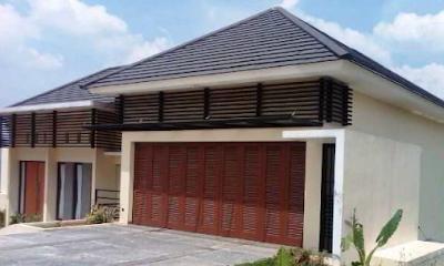 desain pintu garasi minimalis dari kayu