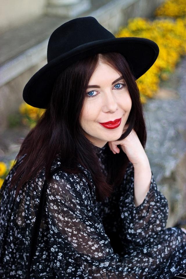 niebieskooka dziewczyna w kapeluszu