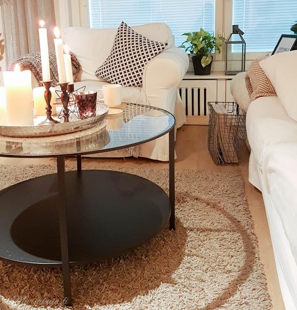 olohuone livingroom syksy pehmoiset värit sävyt syksy kynttilä ektorp ikea vittsjö tinek