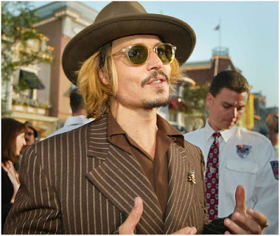 Johnny Depp in Lemtosh champagne con lenti verdi