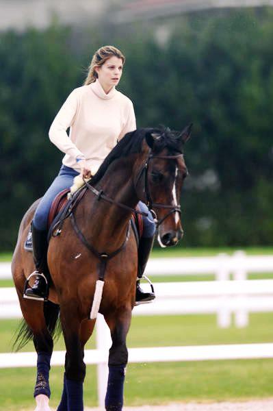 Athina Onassis cavalgando