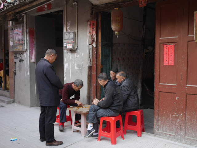 men playing and watching a game of xiangqi on Zhi Street (直街) in Xiapu County, Ningde, Fujian Province, China