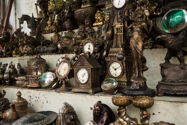 Chợ Kiều đáp ứng đủ mọi nhu cầu, từ sưu tầm cổ vật, đến các dòng gốm sứ mỹ thuật dùng trang trí nội ngoại thất. Việc bày bán, sắp đặt chẳng theo một đẳng cấp, trình tự, mà lộn xộn, tràn lan, nhưng đấy lại là cái thú để người dạo chợ sau khi đã lượn tới lui vài vòng, nhặt nhạnh những món đồ hợp sở thích, đều cảm thấy hài lòng và mãn nguyện.