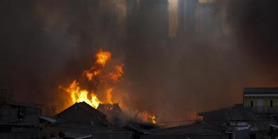 Hunian padat penduduk di Jalan Sabeni, RW 14, Kelurahan Kebon Melati, Tanah Abang, Jakarta Pusat, Kamis (5/3/2015) sore terbakar. Kebakaran meluas dengan cepat dan menghanguskan ratusan rumah.