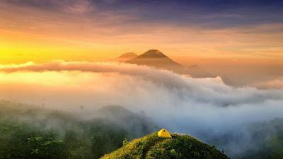 foto indah dan keren di puncak gunung prau