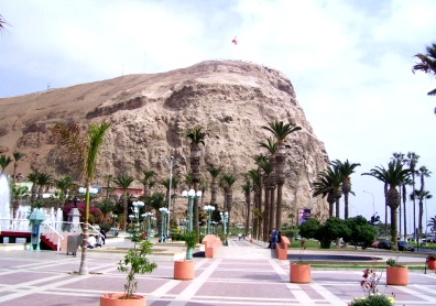 Foto del Morro de Arica con vista de palmeras