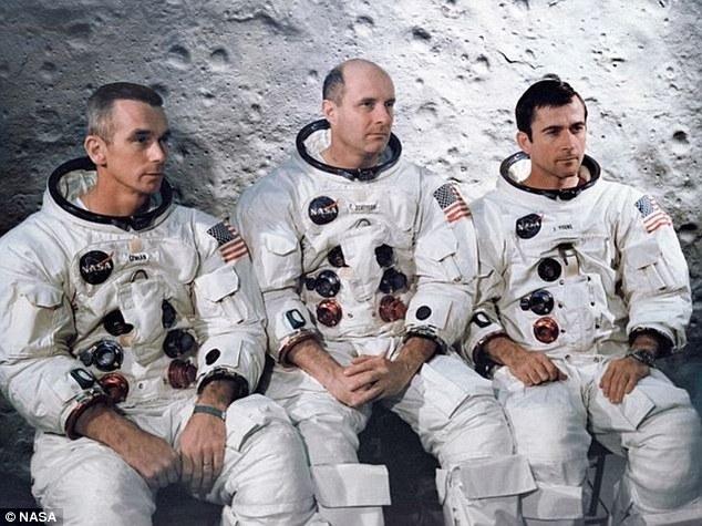 """El equipo (en la foto de izquierda a derecha: Eugene Cernan, Tom Stafford y John Young) debatieron si decirle al comando de la NASA acerca de la """"música rara"""" que escucharon en el espacio exterior."""
