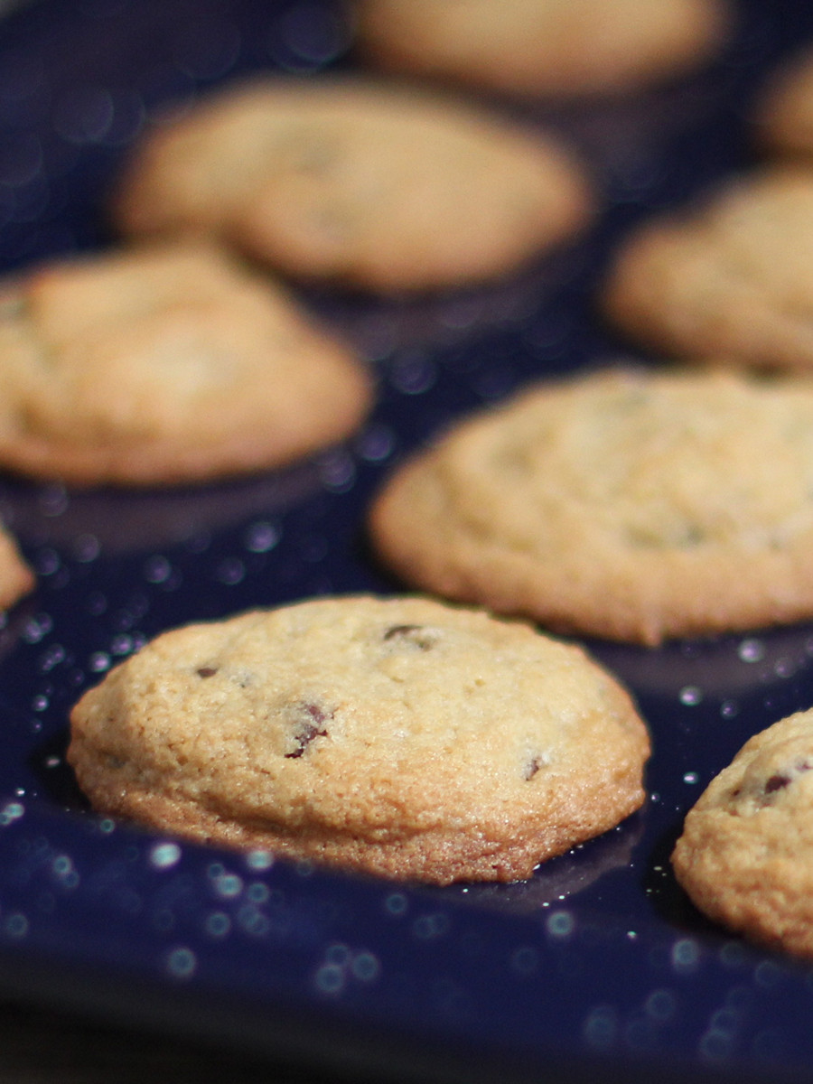 Unlike that ancient cookware, this stuff is super-slippy nonstick, as I found out when I baked some cookies.