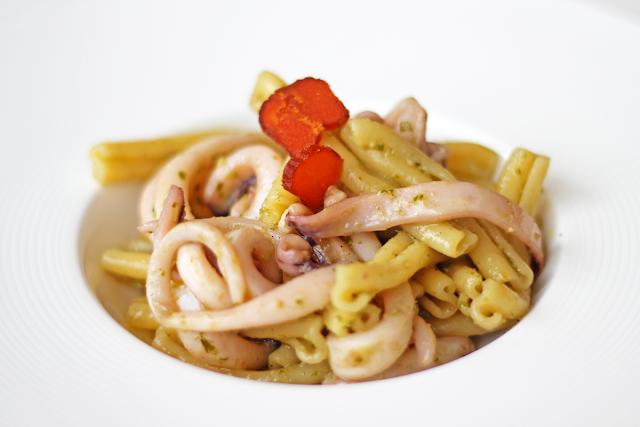 Ζυμαρικά με Πέστο Βασιλικού και Καλαμάρι / Pasta al pesto with Squid