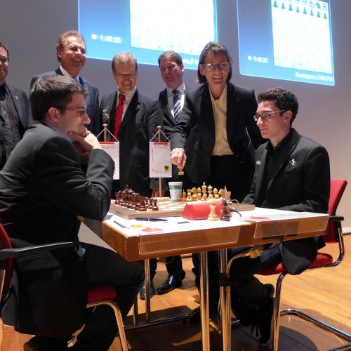 Ronde 1 : Fabiano Caruana 0-1 Maxime Vachier-Lagrave - Photo site officiel