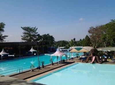 Area kolam renang yang nyaman dan luas