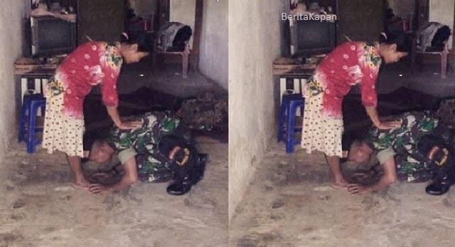 Cium Kaki Sang Ibu, Foto Tentara Ini Bikin Haru Dan Menjadi Viral Di Media Sosial