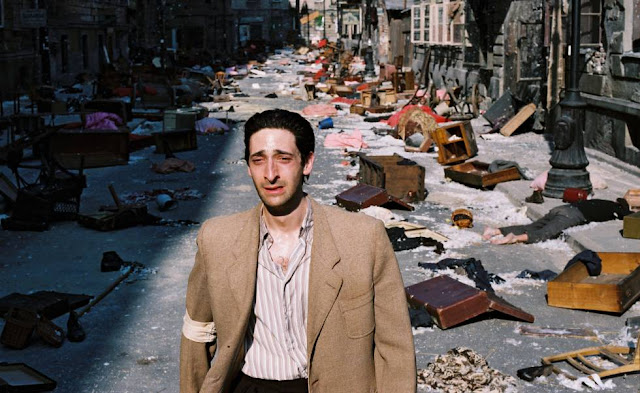Adrien Brody en un momento de El pianista (2003), ambientada en el holocausto judío que perpetraron los nazis