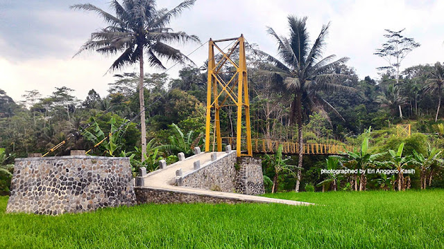 Foto Jembatan gantung di atas Sungai Cilongan, Cibanteng Tasikmalaya.