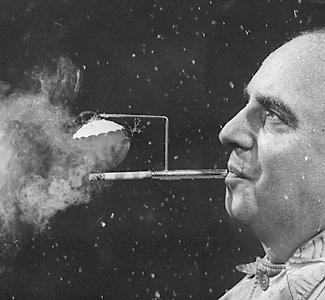 Invento extraño paraguas y cigarro