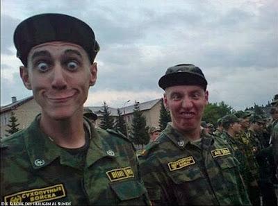 Dummes Gesicht von Soldaten lustig zum lachen