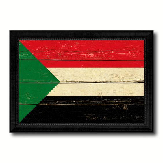 صور علم السودان مرسوم على لوح خشبي