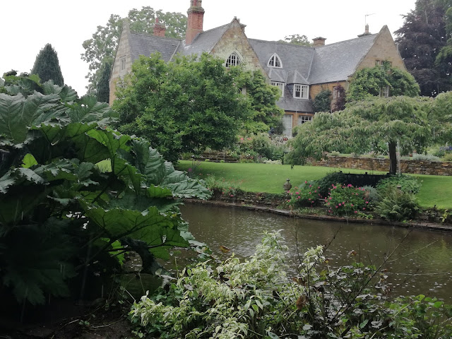 angielski ogród ze stawem