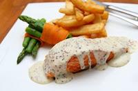 salmon con salsa con semillas, esparragos verdes y patatas fritas