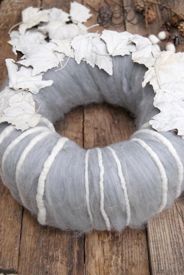 DIY Adventskranz aus Wolle mit Pappelblättern und Filzschnüren