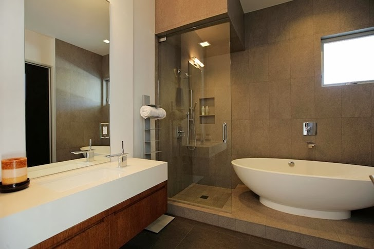 Bathroom in Modern Beverly Hills House with open interiors