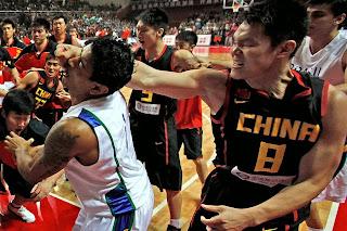 smešna slika: borba protiv kineskih kunfu košarkaša