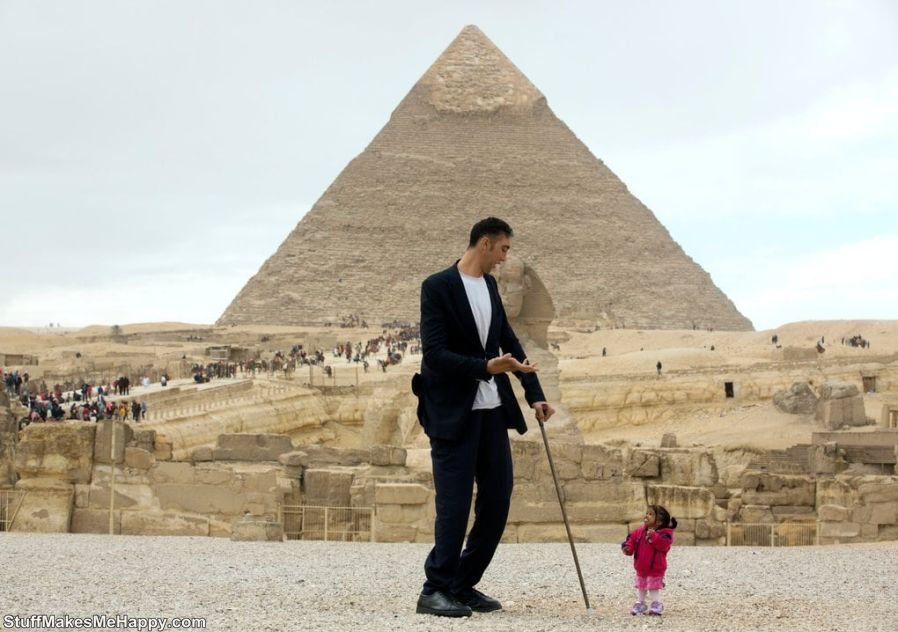 9. The tallest and smallest person in the world met in Egypt 1