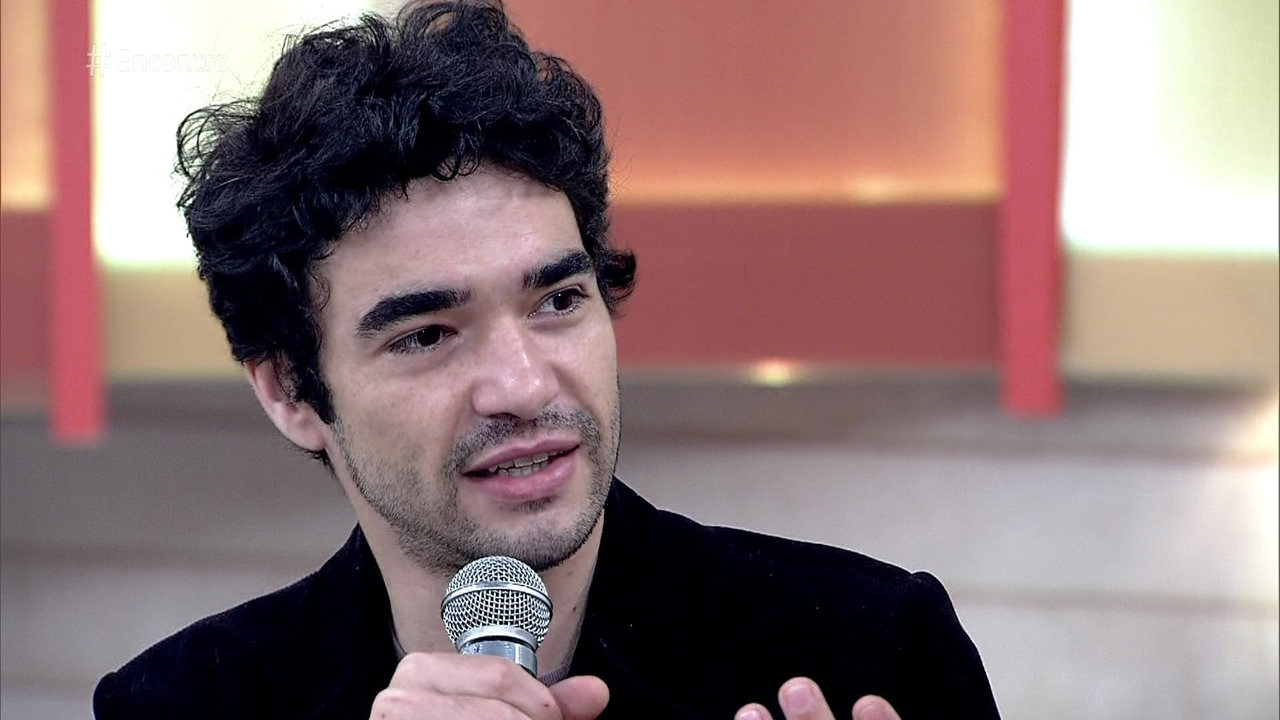 'Momento de maturidade da TV', diz Caio Blat sobre cena de sexo gay em novela