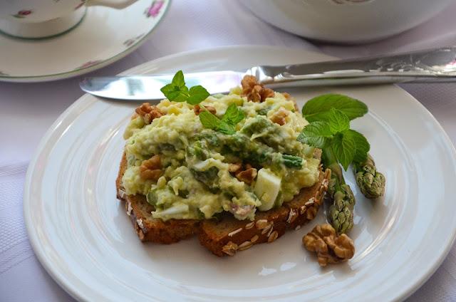 Pasta kanapkowa z kaszą jaglaną, szparagami i orzechami
