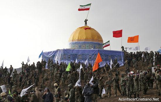 Soldados iraníes en replica de la Cúpula de la Roca