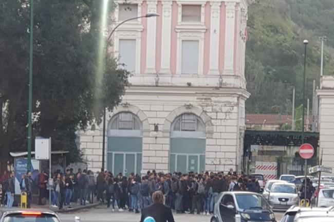 Folla alla fermata ANM di piazzale Tecchio
