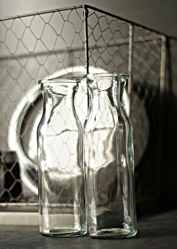Blog + Fotografie by it's me! - Flower Friday, Herbststrauß in einer Glasvase vor Schwarz