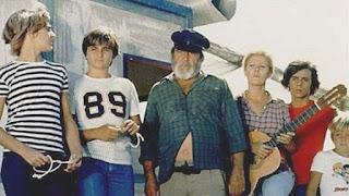 Imagen de la serie de RTVE Verano Azul. En el centro de la imagen Chanquete con sus amiguitos