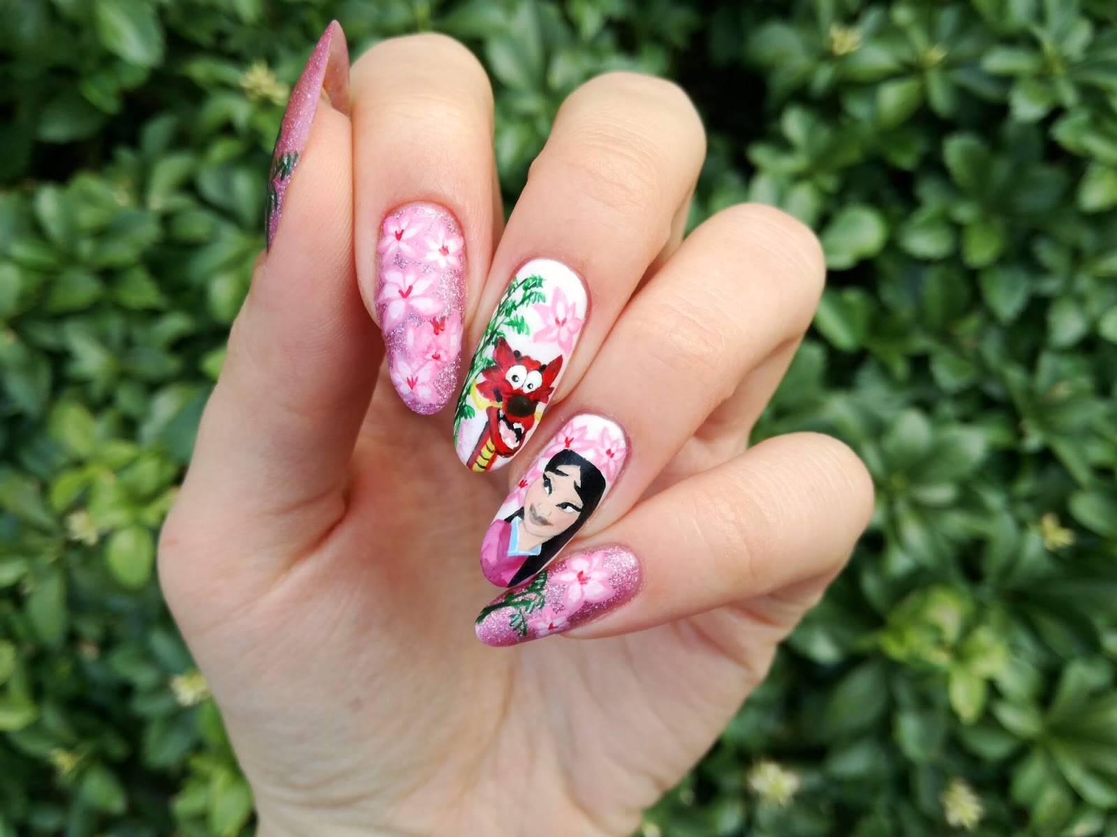 paznokcie w kwiaty magnolii i Mulan