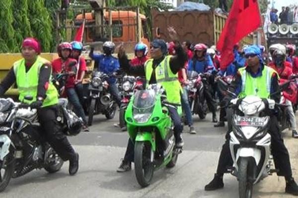 Demo buruh dan motor mahal