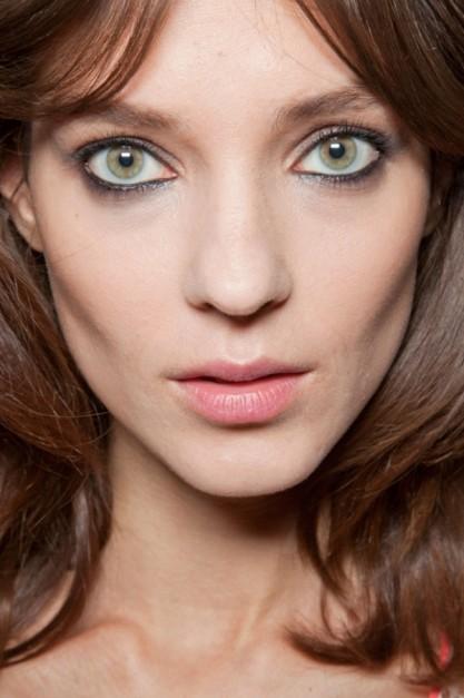 Как убрать морщины вокруг глаз с помощью макияжа