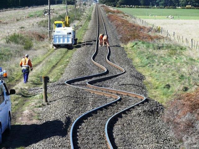 Rel kereta api melengkung setelah adanya gempa di Selandia Baru 2010