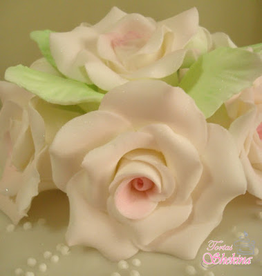 rosas en pastillaje para Torta vintage en caracas