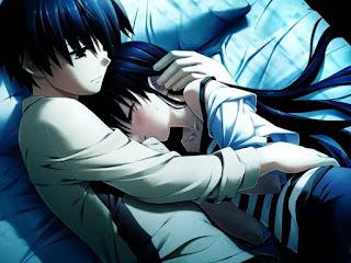 Imagen tipo anime de un chico y una chica abrazados encima de una cama. Ella está dormida, con el pelo largo negro ocupando mucha cama. él está despierto, mirándola.