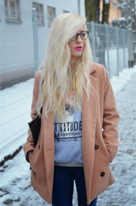 CAMEL OVERSIZE COAT, GRAY CAT PRINTED SWEATSHIRT + RIPPED JEANS