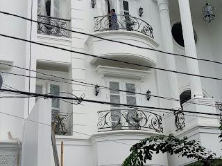 Proses akhir pemasangan Railing Balkon Besi Tempa
