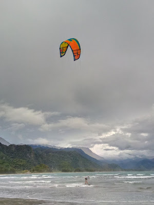 Kite Surfing di pantai Ritting