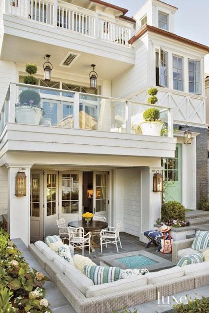 Jak urządzić domek letniskowy. Styl Hamptons, pomysły na aranżacje wnętrz w stylu morskim, marynarskim, eleganckim.