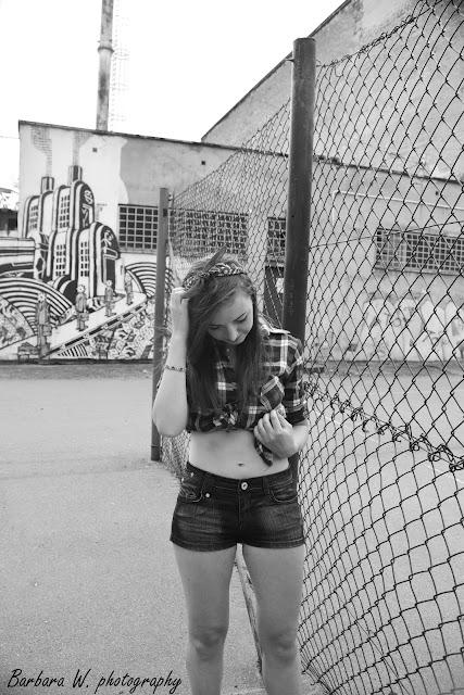 """22.08.2015r. cz.1 Pin-Up Girl, koszula w czerwoną kratkę, czarne spodenki z brokatem, szpilki, czerwona bandamka, sesja na terenie """"Elektryka"""" Mielec"""