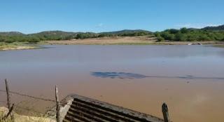 Chuva de 145 milímetros faz açude transbordar em Acari