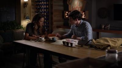 Shay Mitchel (Emily) e Ian Harding (Ezra)